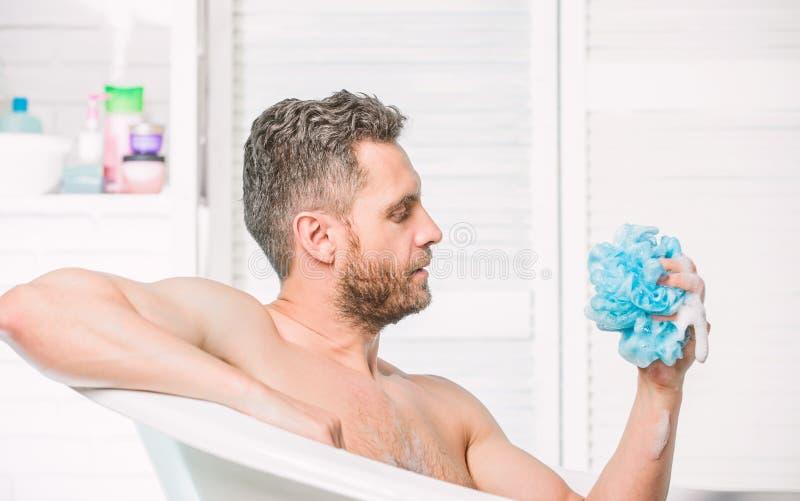 Гель ливня для людей Личная гигиена Примите гигиену заботы Очищая тело частей Концепция гигиены Ванна имеет большее влияние стоковое фото