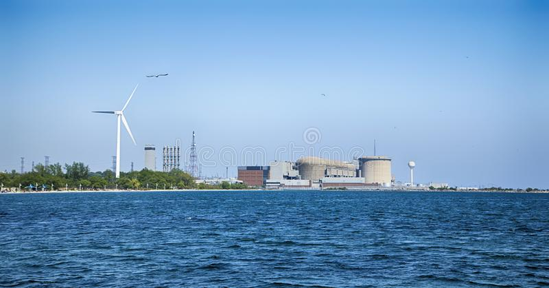 Генераторная станция Pickering ядерная, взгляд от Lake Ontario, расположена в Pickering город как раз вне Торонто стоковая фотография