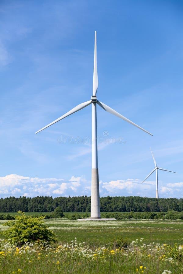 Генераторные агрегаты ветрянки электрические на оффшорном поле в Европе стоковая фотография rf