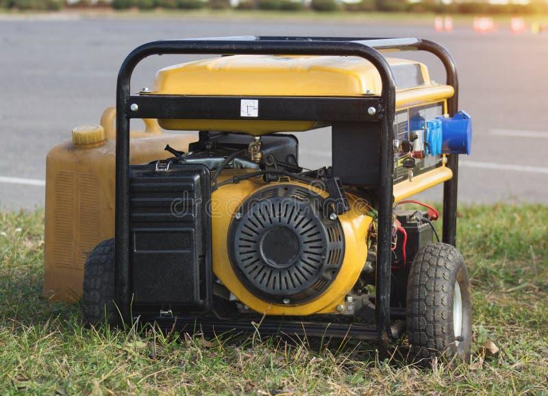 Генератор на колесах, конец-вверх желтой нефти портативный, аварийная ситуация стоковые фото