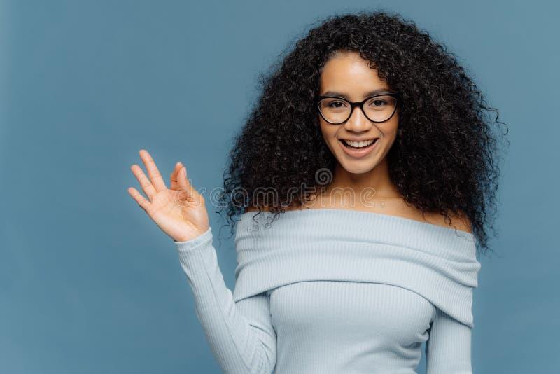 Гениальная идея! Довольная темная применять обложку к молодая женщина делает жест ок, усмехается широко, одобряет предложение som стоковые изображения rf