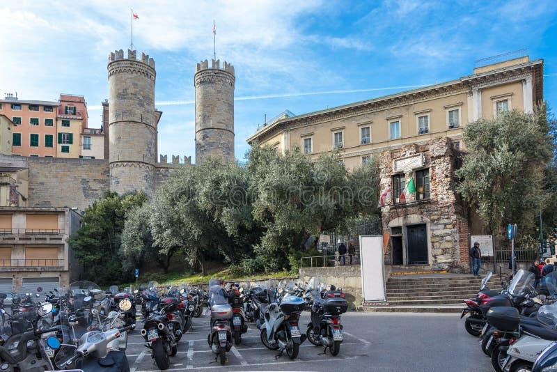 ГЕНУЯ, ИТАЛИЯ - 9-ОЕ МАРТА 2019: Взгляд Porta Soprana и дома Christopher Columbus в Генуе, Италии стоковая фотография