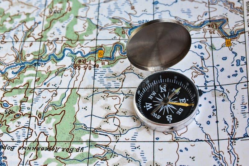 Географическая карта и компас стоковые фотографии rf