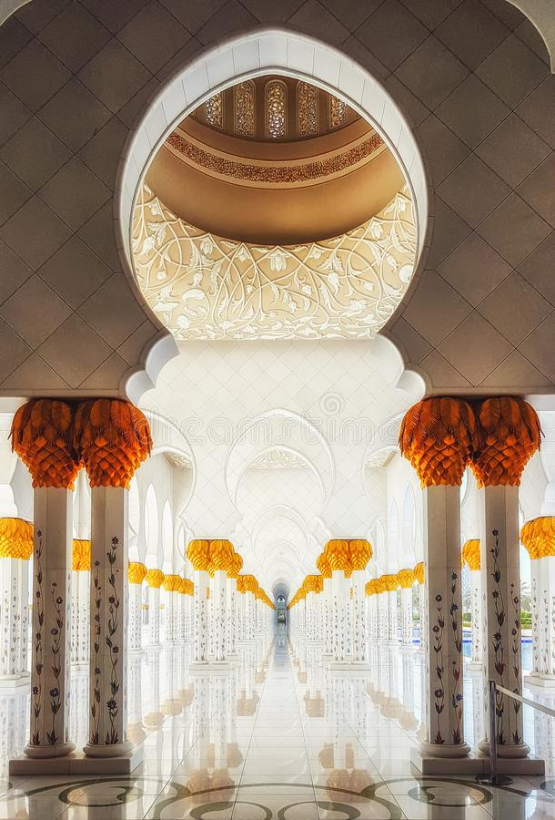Геометрическая картина штендеров с украшенными керамическими цветками и стоковые изображения