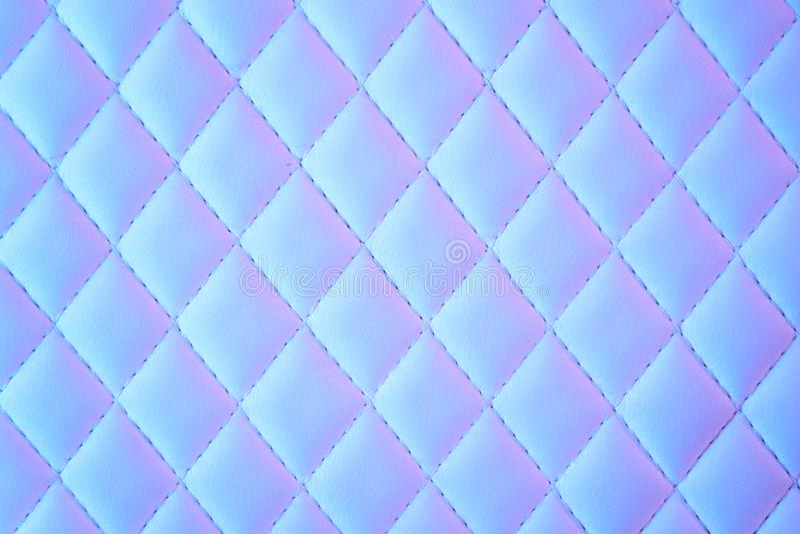 Геометрический ромбовидный узор выстегал PU кожаный в неоновом свете стоковые изображения