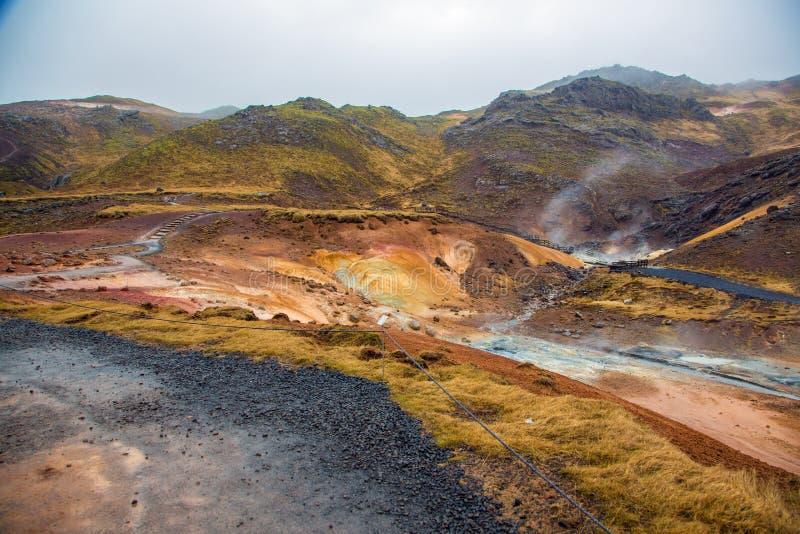 Геотермическая зона с красочными минеральными утесами стоковое изображение