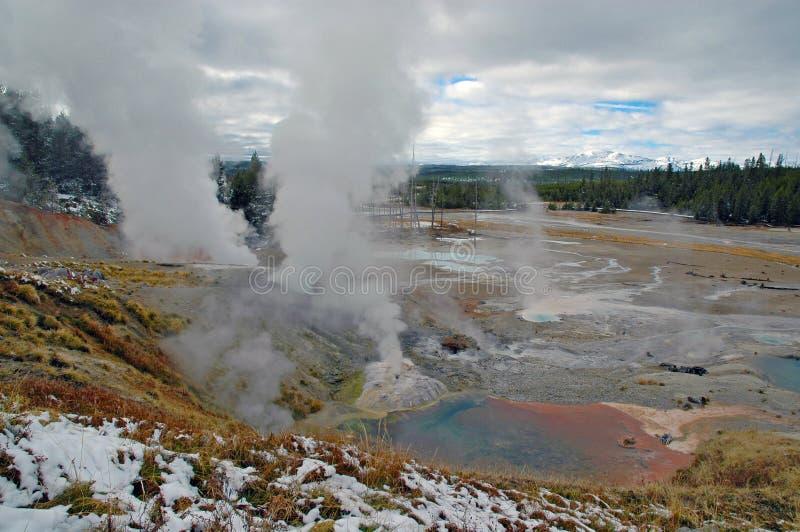 Геотермический ландшафт в национальном парке Йеллоустона стоковые изображения rf