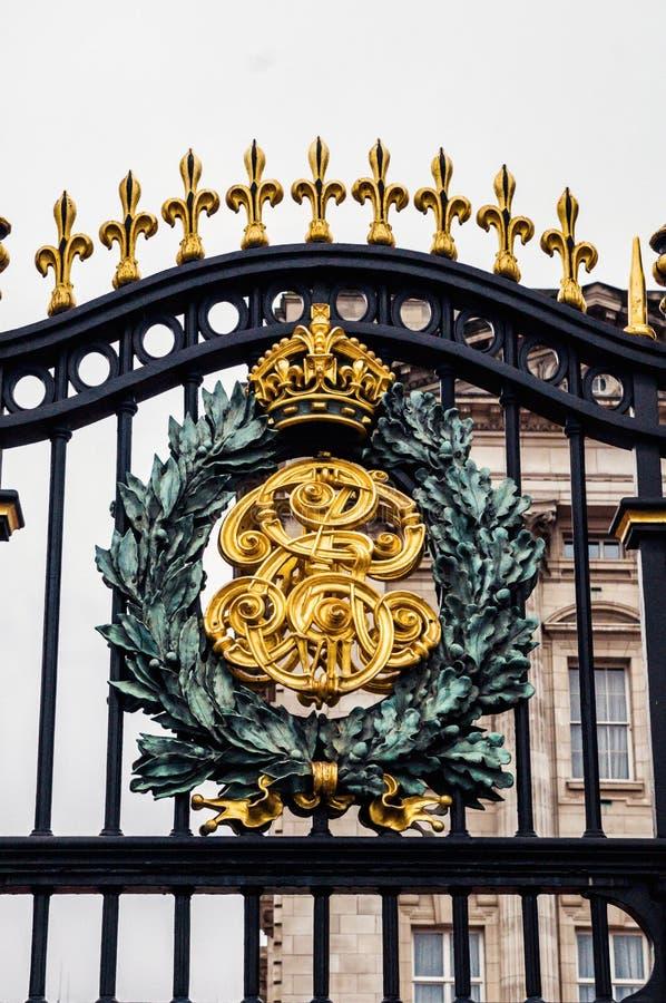 Герб ЛОНДОНА, АНГЛИИ королевский Великобритании на стробе Букингемского дворца стоковые фото