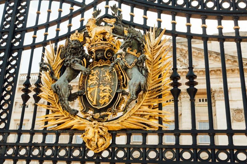 Герб на загородке Букингемского дворца стоковое изображение rf