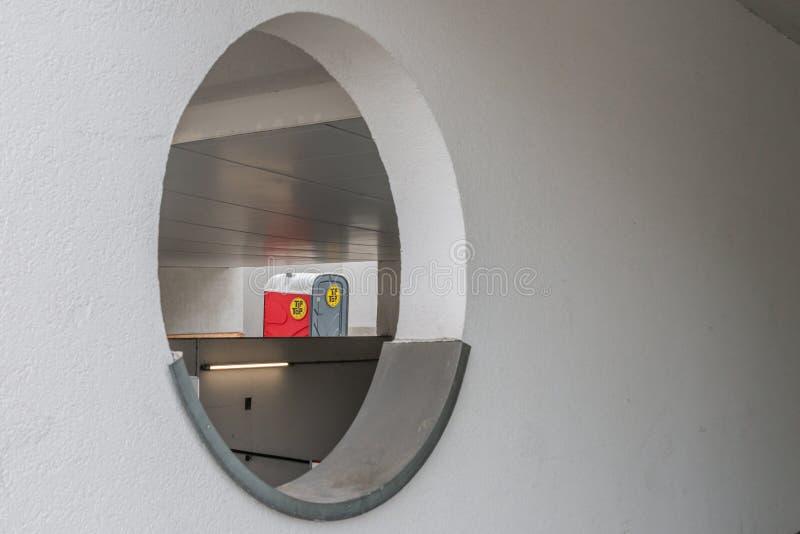 Германия, Мюнхен, 25-ое марта 2017, круглое отверстие в стене с туалетами на заднем плане стоковые изображения
