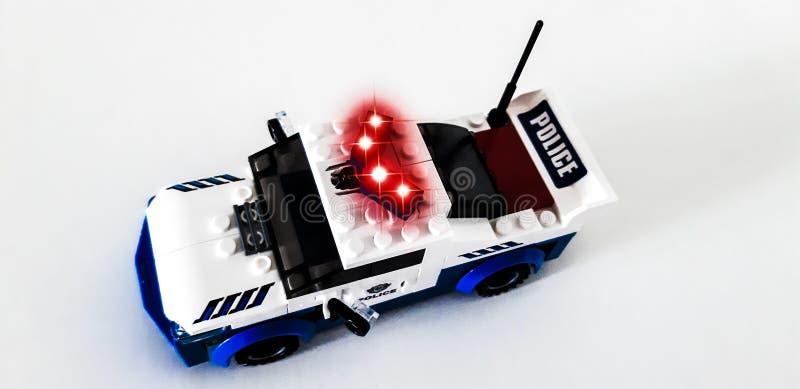 Герои формы титана От деталей набора, вы можете собрать робот полиции или полицейскую машину стоковое изображение rf