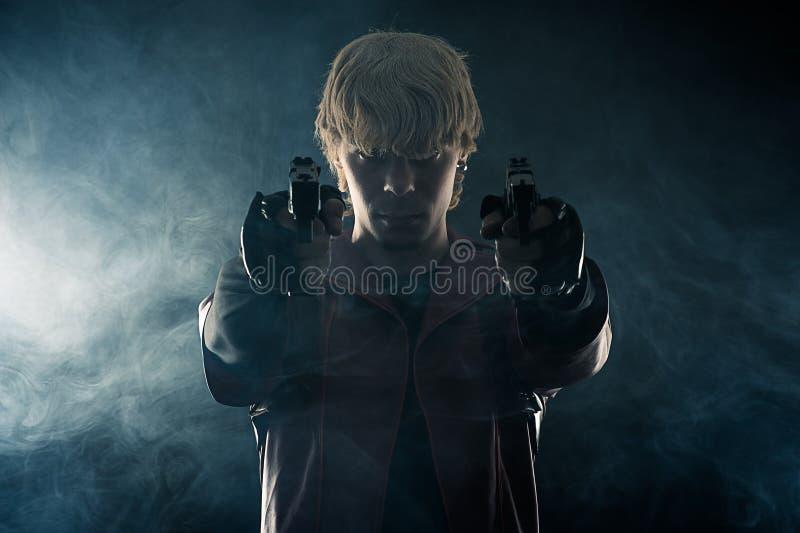 Герой с пистолетами в направлять рук стоковые изображения rf