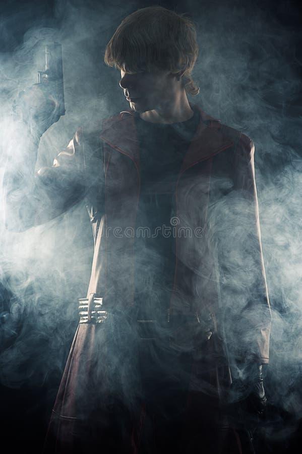 Герой с пистолетами в руке стоковое изображение rf