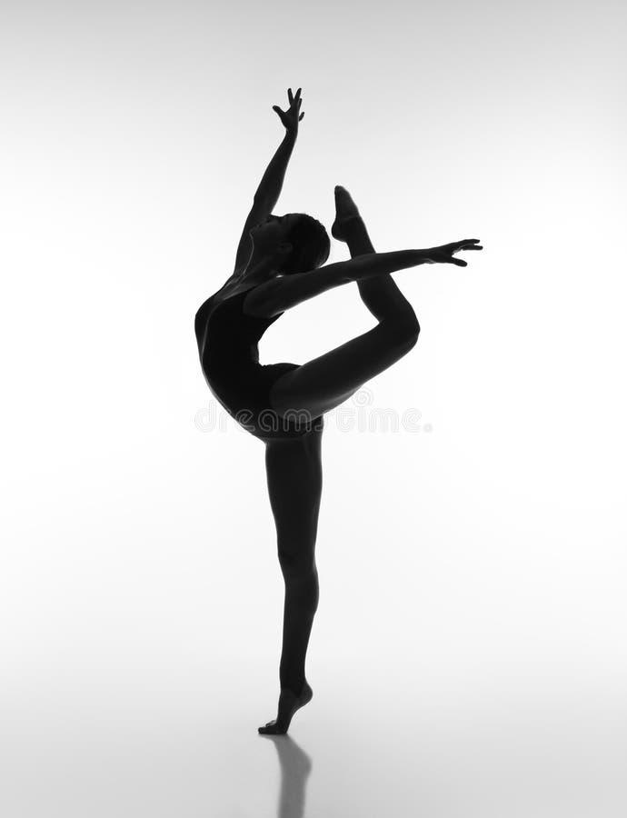 Гибкая девушка в черном купальнике стоковые изображения rf