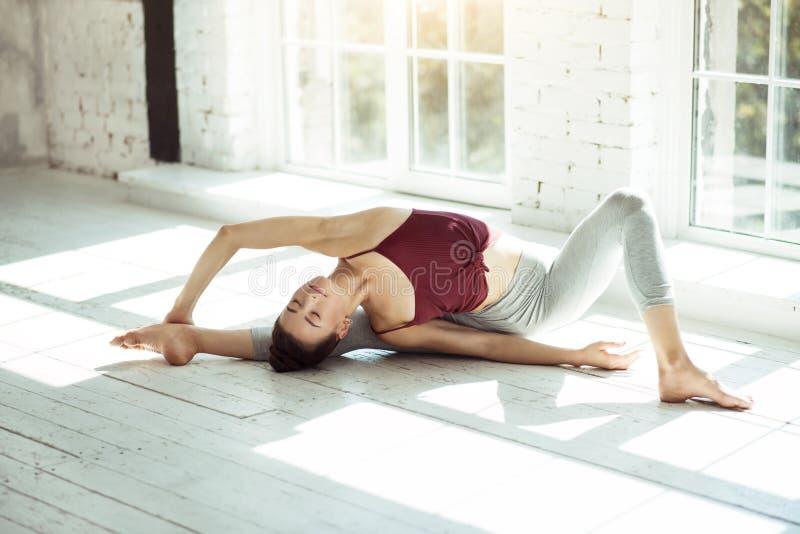 Гибкая девушка делая позицию йоги стоковое фото