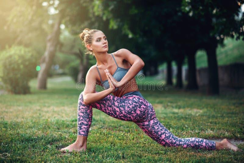 Гибкая женщина размышляя, тренировка йоги стоковые изображения rf