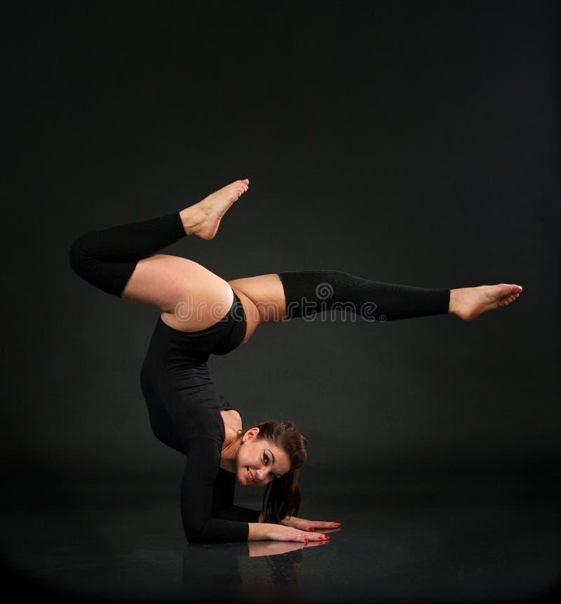Гибкий гимнаст делая тренировку в студии стоковые фотографии rf