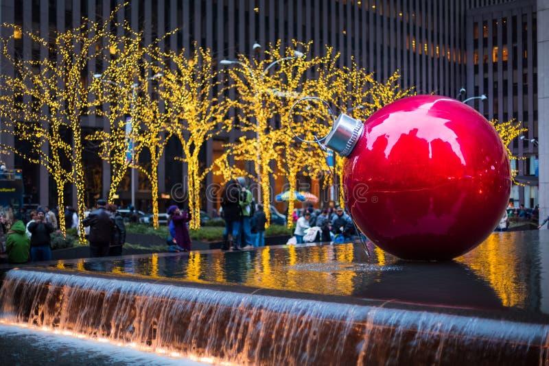 Гигантская безделушка рождества на Нью-Йорке стоковое изображение rf