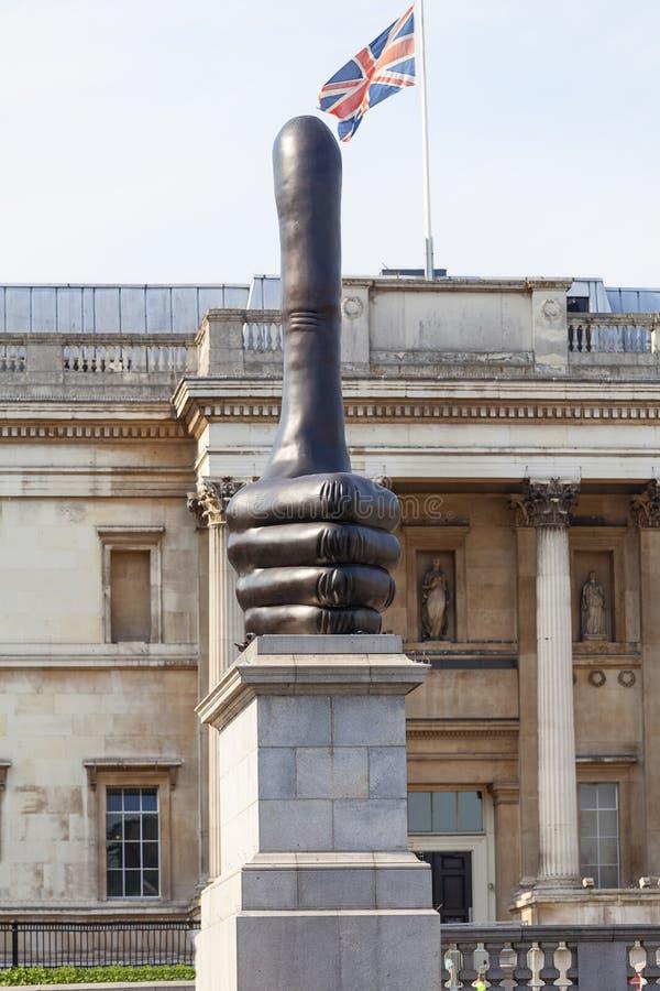Гигантская бронзовая скульптура вытянутого ` ` большого пальца руки действительно хорошего, Лондон, Великобритания стоковые фото