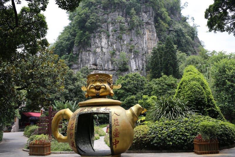 Гигантская китайская статуя чайника стоковые изображения rf