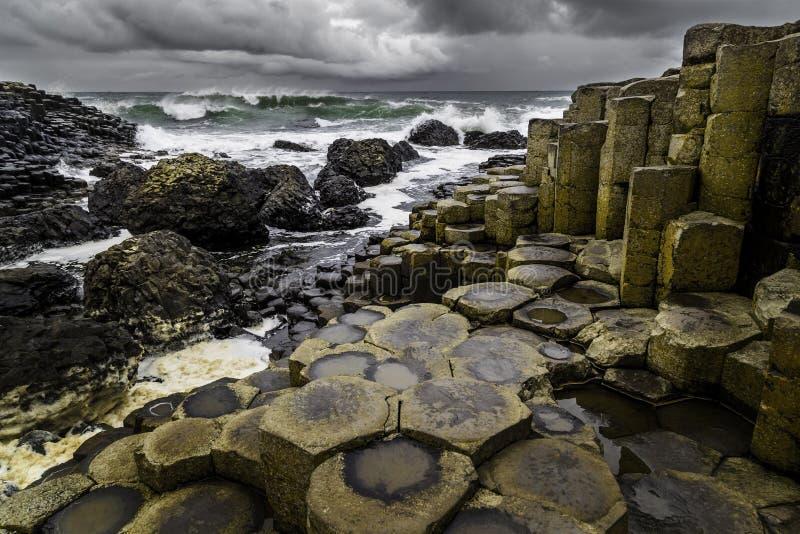 Гигантская мощёная дорожка ` s в Северной Ирландии стоковая фотография