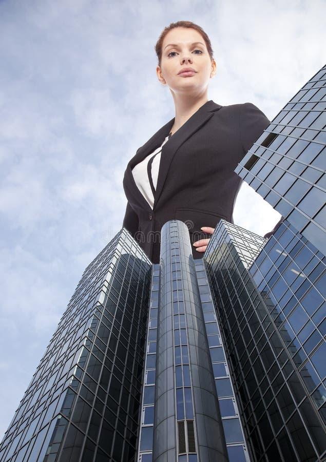 Гигантская молодая коммерсантка стоя за офисным зданием стоковые фотографии rf