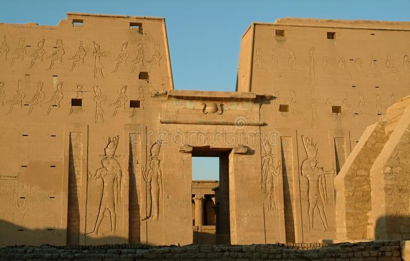 Гигантская опора на входе к виску Horus Edfu без людей, Египта, Северной Африки стоковое изображение rf