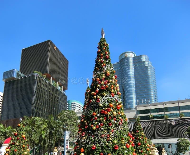 Гигантская рождественская елка в центре города Бангкока стоковое изображение rf
