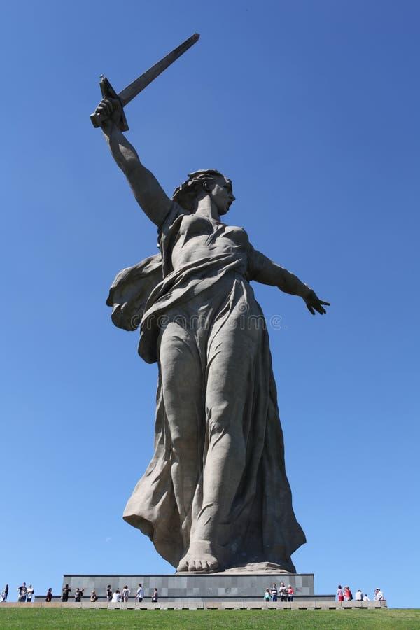 Гигантская скульптура женщины с шпагой стоковые изображения rf