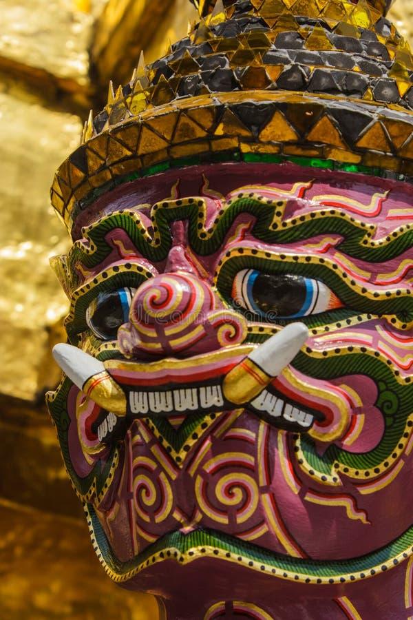Гигантская стойка вокруг пагоды Таиланда на prakeaw wat стоковое фото