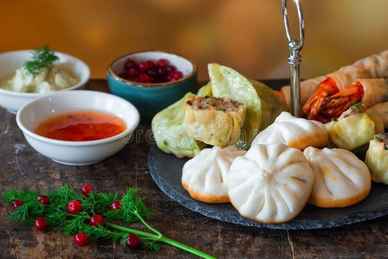 Гигантские королевские креветки и выбор мини китайских вареников со сладкими соусами chili и йогурта окуная стоковое изображение