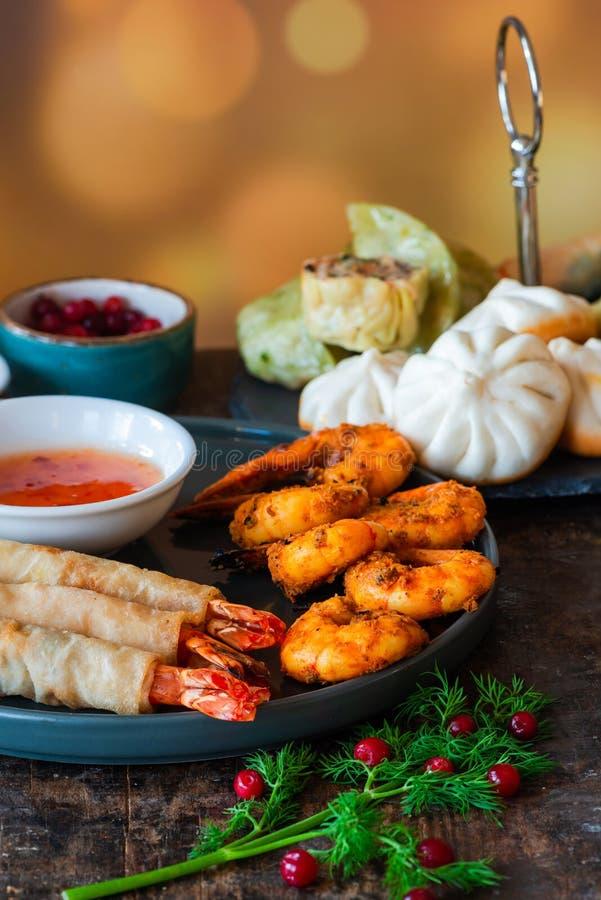Гигантские королевские креветки и выбор мини китайских вареников с соусом сладкого chili окуная стоковое изображение rf