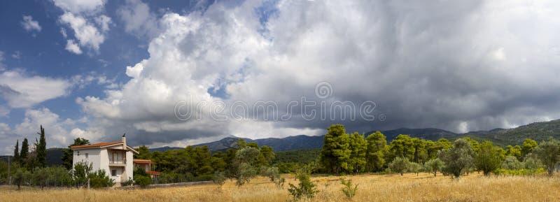 Гигантские облака кумулюса перед причаливая штормом лета в деревне на греческом острове Evia стоковое фото rf