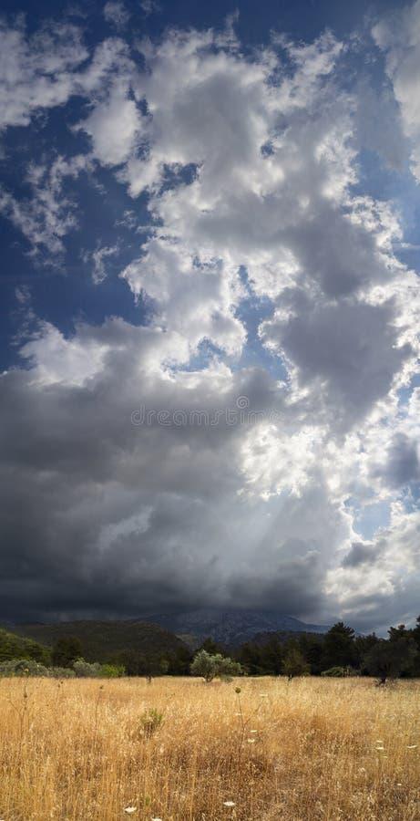 Гигантские облака кумулюса перед причаливая штормом лета в деревне на греческом острове Evia стоковые изображения