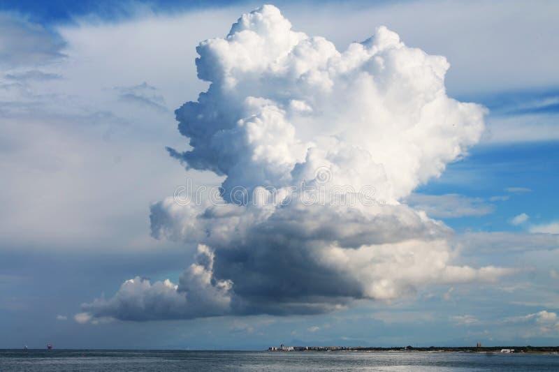 гигантские облака стоковое изображение