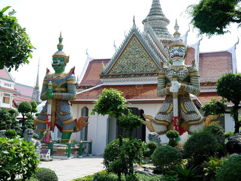 Гигантские статуи характеры от Ramakian появляются часто в висок Таиланд arun стоковая фотография