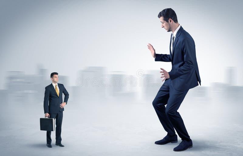 Гигантский бизнесмен испуган небольшого выполнителя иллюстрация вектора