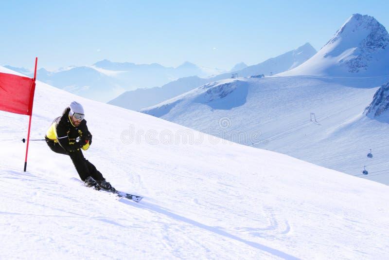Гигантский гонщик лыжи слалома стоковое изображение