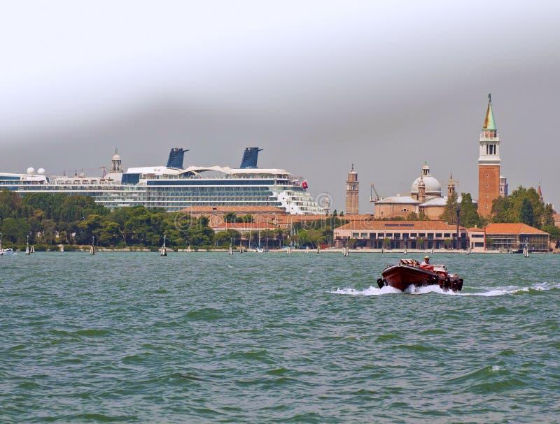 Гигантский корабль cuise проходя островами лагуны Венеции стоковая фотография rf