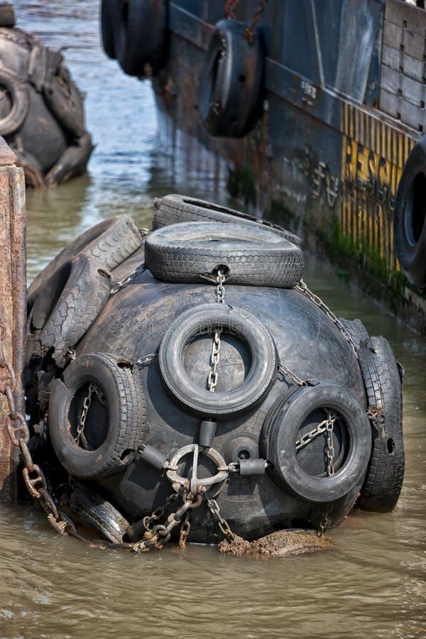Гигантский поплавок используемый для того чтобы приспособить шлюпки в доке стоковая фотография