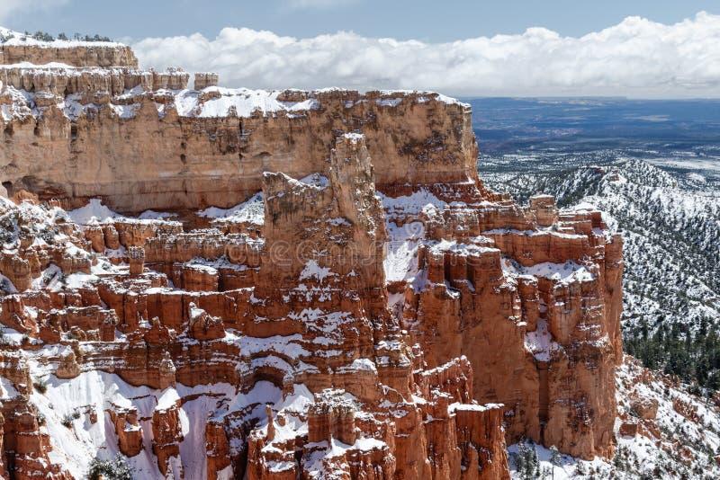 Гигантский снег покрыл butte в каньоне Bryce, Юте стоковое изображение rf