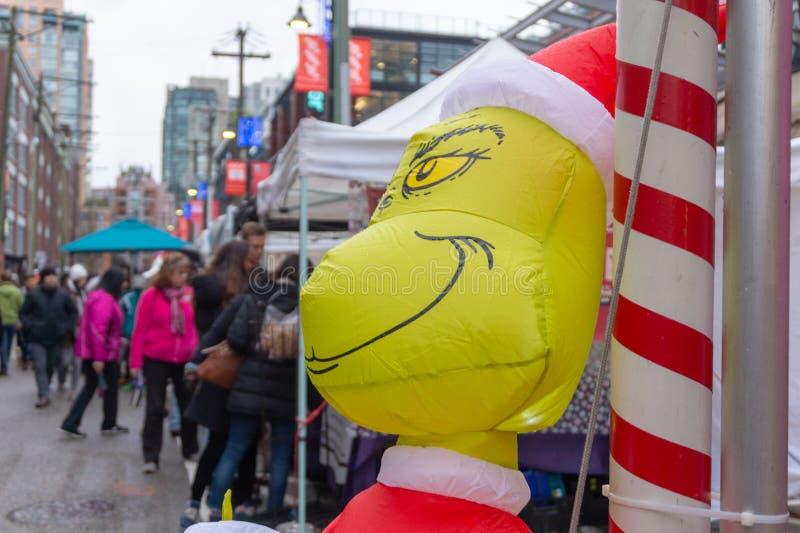 Гигантское, раздувное grinch рождества от Д-р Характер Seuss, на событии Yaletown CandyTown, a стоковая фотография rf