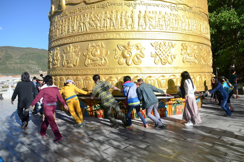 Гигантское тибетское колесо молитве стоковая фотография rf
