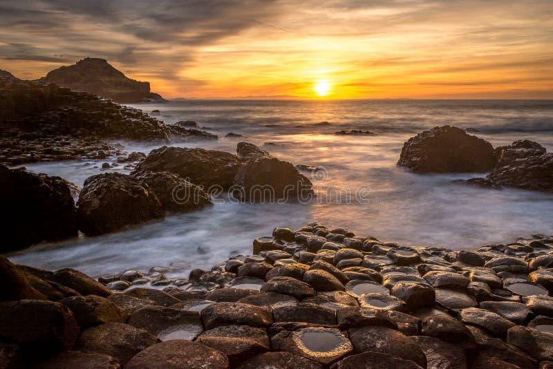 Гиганты Causeway Северная Ирландия прекрасный вид на закат солнечного света длительное воздействие Antrim Coast стоковое изображение