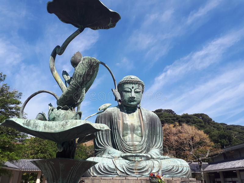 Гигант Будда Камакуры, с цветком металла стоковая фотография