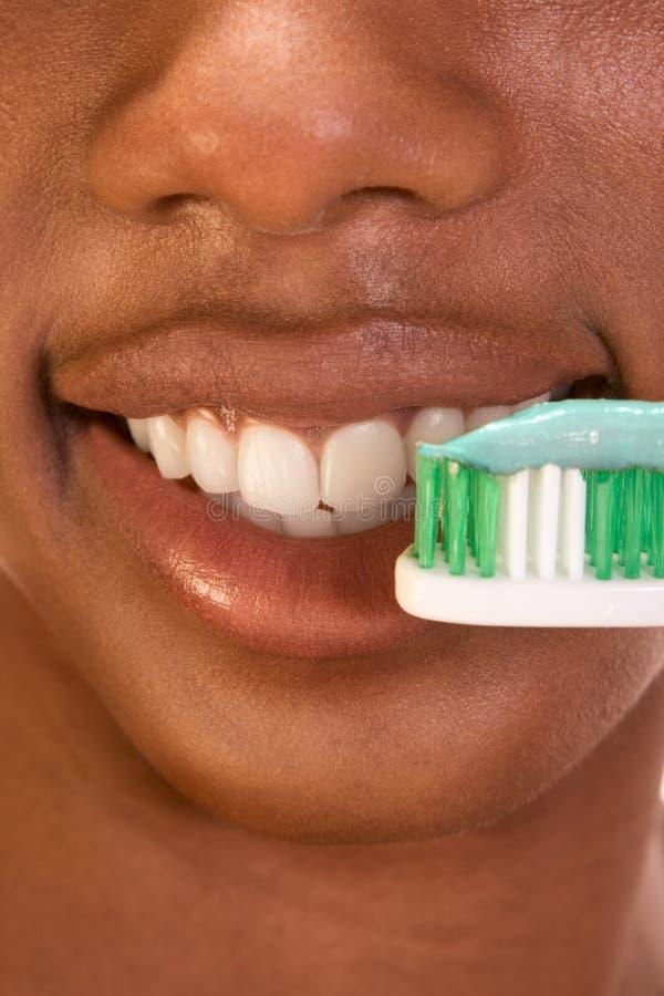 гигиена девушки черноты близкая зубоврачебная вверх стоковые фото