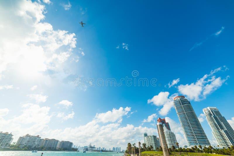 Гидросамолет перелетая мир известное Miami Beach на солнечный день стоковая фотография
