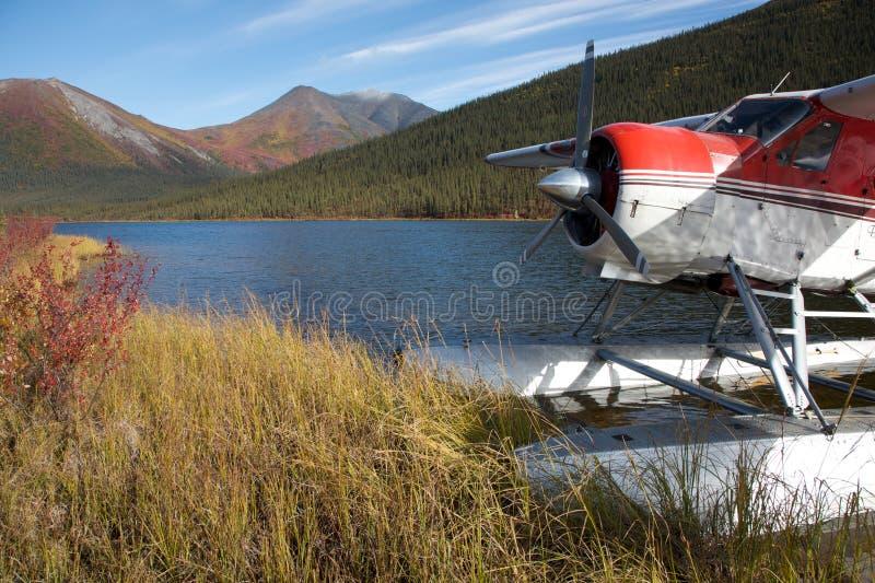 гидросамолет припаркованный берегом озера стоковые фото