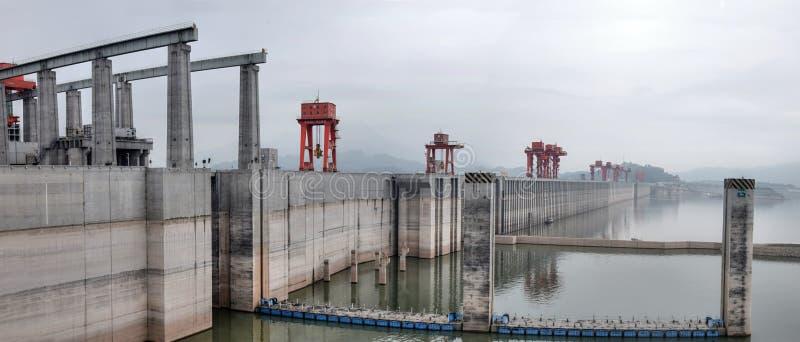 Гидроэлектрическая электростанция Дамба (Три ущелья) на Реке Янцзы в Китае стоковые фотографии rf