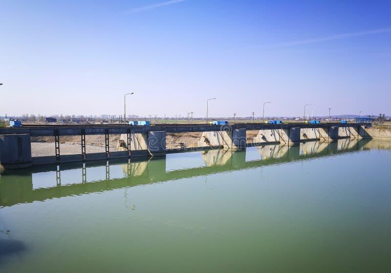 Гидро электрические ворота на реке стоковое фото rf